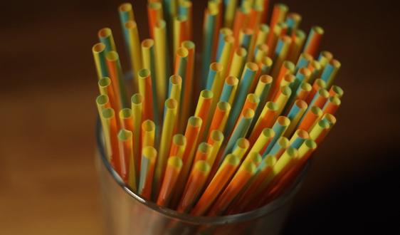 """环保与塑料之间的""""硬仗"""" 岂是纸吸管就能解决的"""